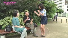 会話〈読み取り練習1〉~公園でおしゃべり~のワンシーン。ベンチに座っている男女と女性警察官が手話で会話している。